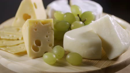 abundância : Cheese platter with different cheese and grapes