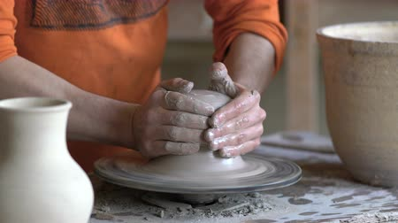 esculpir : Master class on modeling of clay on a potters wheel