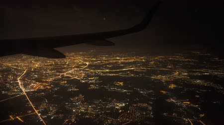 vista de cima : View from the window of the plane at night. Lights on approach to landing at airport Stock Footage