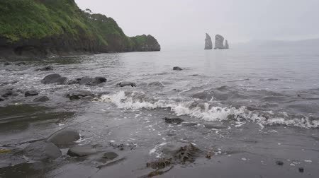 Оаху : Waves on the ocean. Prominent rocks, rocks, surf. Avacha Bay, Kamchatka Peninsula, Russia