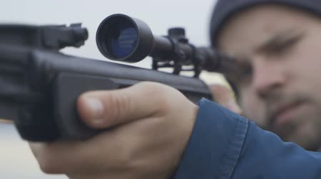 bala : Shot from a rifle (close-up).