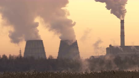 anidride carbonica : Brown coal power plant with huge cooling towers and steam Filmati Stock