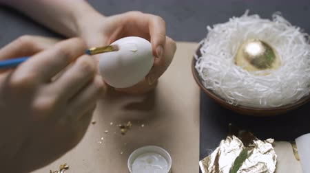 пасхальный : Decoration of Easter eggs with gold foil