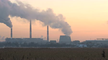 климат : Industry Pipes Pollute the Atmosphere With Smoke