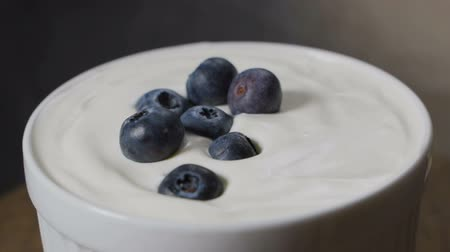 šlehačka : Blueberries falling into milk in slow motion. Dostupné videozáznamy