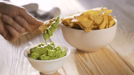 tło : Nachos with fresh mexican guacamole
