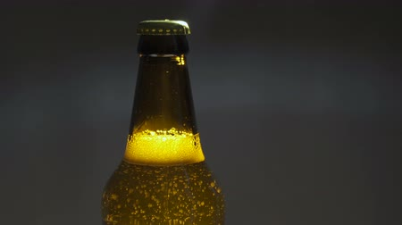 закалки : Opening a bottle of beer with a bottle opener