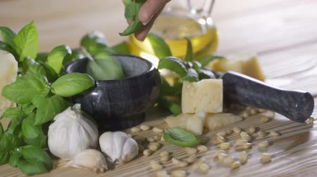 strouhaný : Preparation of pesto sauce from fresh basil, parmesan cheese, olive oil and garlic with a blender
