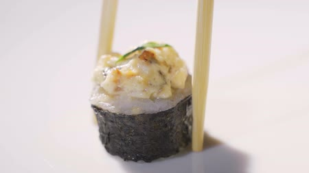 кунжут : Closeup macro of woman eating sushi