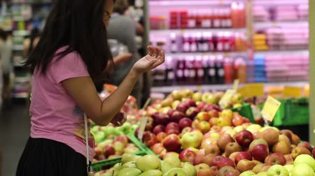 definição : young woman chooses fruits