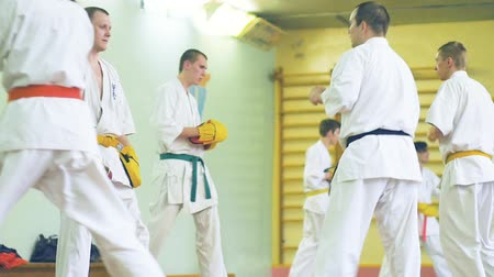 каратэ : Russia, Novosibirsk, August 15, 2018 A group of people practicing karate strokes indoors. Endurance training in karate