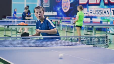 teniszütő : Russia, Anapa, 2018: Summer gathering of young athletes in table tennis. Competitions in between the children. Preparation for competitions in table tennis Stock mozgókép
