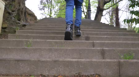 calças justas : Close-up of female legs in black shoes climbing stairs, slow motion, 4k Vídeos