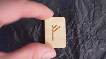 incerteza : rune. close-up, hand puts the rune on the surface for divination. 4k, slow-motion Vídeos