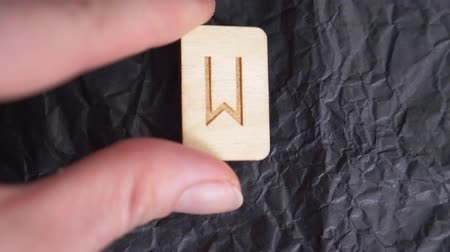 drewno : rune. close-up, hand puts the rune on the surface for divination. 4k, slow-motion Wideo