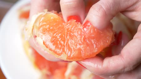 cítrico : Female hands cleanse the grapefruit. 4k, close-up, slow-motion