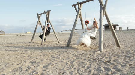 cerimônia : Bride and groom on a swing