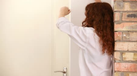 kudrnatý : Girl with red curly hair is depressed. Banging fist on the wall, and crying. Dostupné videozáznamy