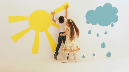 criatividade : Two kids decorating a room with interior stickers