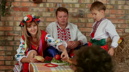 herança : Ukrainian family sits around the dinner table. Historical period. Stock Footage