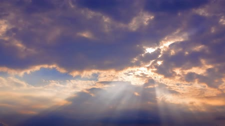purpurový : Shot of beautiful sunbeams through moving clouds in the sky. Dostupné videozáznamy