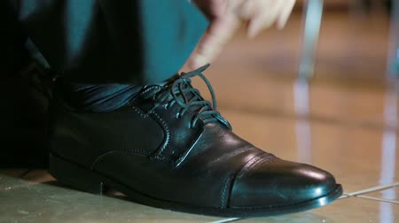 krawat : Close-up shot of a man lacing his shoes. Wideo