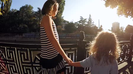 dikmek : SLOW MOTION. Boy and girl holding hands. Stok Video