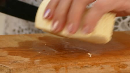ayrıntılar : Female hands cutting cheese on the wooden cutting board Stok Video