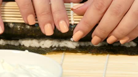 alga : Cook curls sushi roll with stuffing
