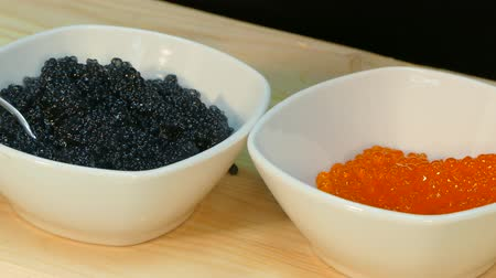 kaviár : Spread the red salmon caviar in a cup next to black sturgeon caviar