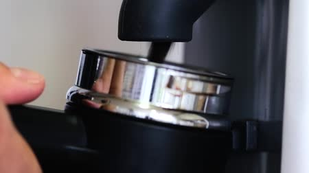 измельчение : Close up of a coffee grinder machine grinding roasted coffee beans for a espresso.