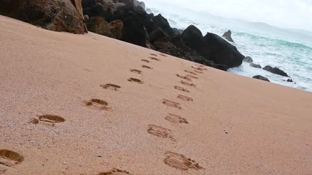 ślady stóp : Beach with footprints towards the sea in Cantabria, Spain. Wideo