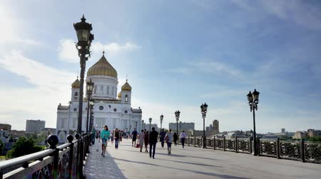 moskwa : MOSCOW, RUSSIA - JUNE 7, 2015: people on Patriarshy footbridge to Cathedral of Christ the Saviour in Moscow time lapse.