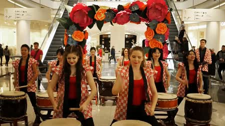 taiko drums : Moscow, Russia - March 4, 2017: group of Japanese Taiko drummers girls perform in Oceania shopping center on the at the opening of a new store UNIQLO Unique Clothing Warehouse.