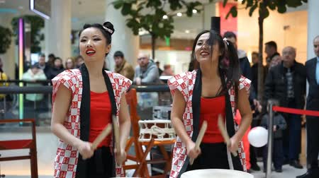 taiko drums : Moscow, Russia - March 25, 2017: group of Japanese Taiko drummers girls perform in Kaleidoscope shopping center at the opening of a new store UNIQLO Unique Clothing Warehouse.