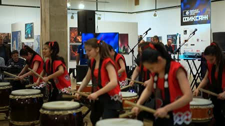 taiko drums : Moscow, Russia - April 21, 2017: Taiko drummers girls from the Taiko inspiration group in the Central House of Artists perform at the festival of modern photography Fiksazh. The public applauds. Stock Footage