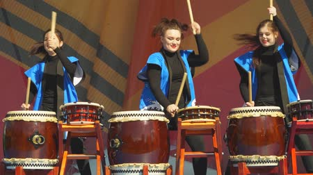 tradicional : Moscow, Russia - May 14, 2017: Group of taiko drummer girls One in the field warrior Taiko inspiration performs on the festival of martial arts. Vídeos
