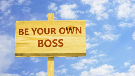 suécia : Be your own boss. Words on a wooden sign.