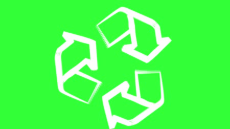 arrow znamení : Recycle symbol or sign of conservation green icon rotating on green chroma key background. Zoom in at the beginning and zoom out at the end of animation.