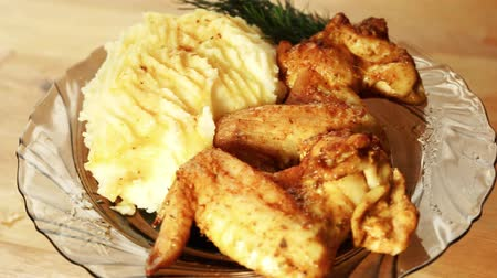 пюре : fryed chicken wings and mashed potatoes