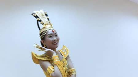 színésznő : Beautiful asian woman dance in a traditional chinese yellow dress