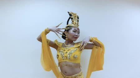 tırnak : Beautiful asian woman dancing with hands with long nail manicure in a traditional thai yellow dress