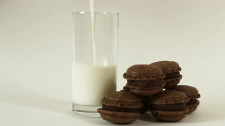 saborear : Chocolate macaroon and pouring milk on white background HD
