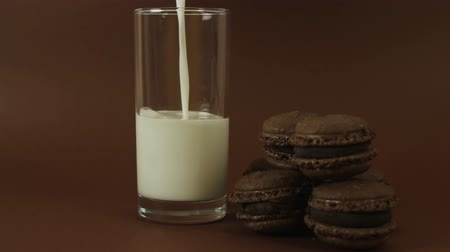 миндальное печенье : Chocolate macaroon and pouring milk on brown background HD