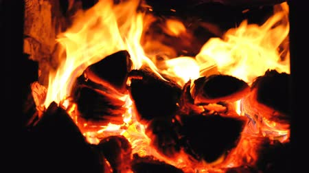 tűzifa : Firewood burn in the stove, fire for relaxation 4k.
