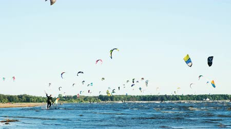 padák : Kitesurfer comes into the water with a board and a parachute in the summer at sea in windy weather, extreme rest