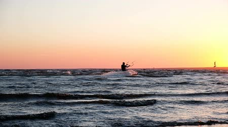 коршун : Silhouette of kitesurfer at sea at sunset in summer close up, slow motion Стоковые видеозаписи