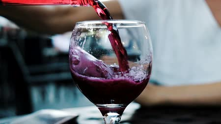 roma : Woman pours soda lemonade from a bottle in a restaurant in a glass, close-up. Slow motion. Vídeos