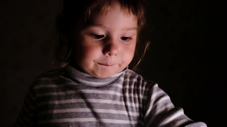 estudioso : Little girl with emotions shows a sheet of paper, slow motion
