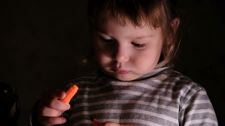 estudioso : Little girl the child learns to close the felt pen, slow motion